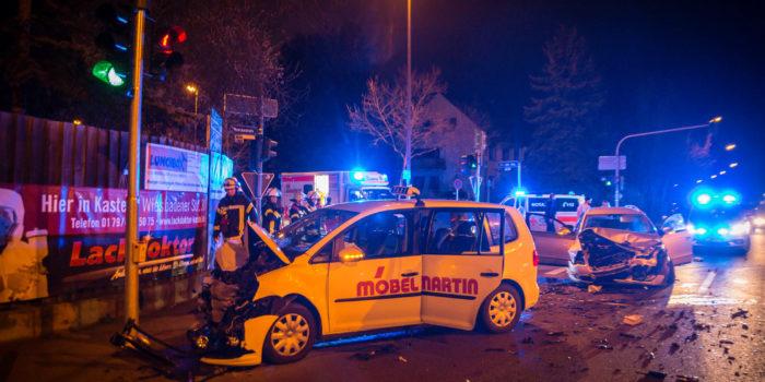 Fünf Verletzte bei Kreuzungsunfall mit Taxi