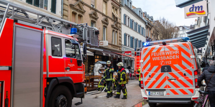 Mysteriöse Rauchentwicklung und Paralleleinsätze beschäftigen Feuerwehr Wiesbaden