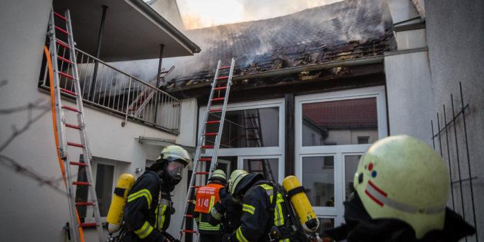 Dachstuhlbrand in Hochheim – Schwierige Löscharbeiten in eng bebauter Altstadt