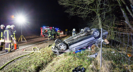Tödlicher Verkehrsunfall am frühen Karfreitagmorgen – Fahrer aus Fahrzeug geschleudert