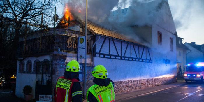Feuer in historischer Mühle: Feuerwehr Walluf verhindert Großbrand