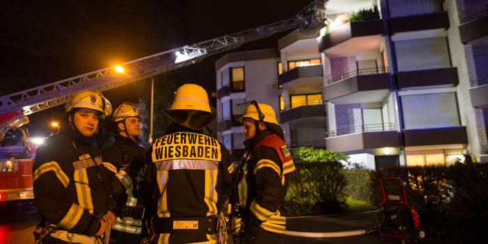 Feuerwehr rettet bewusstlose Frau aus brennender Wohnung