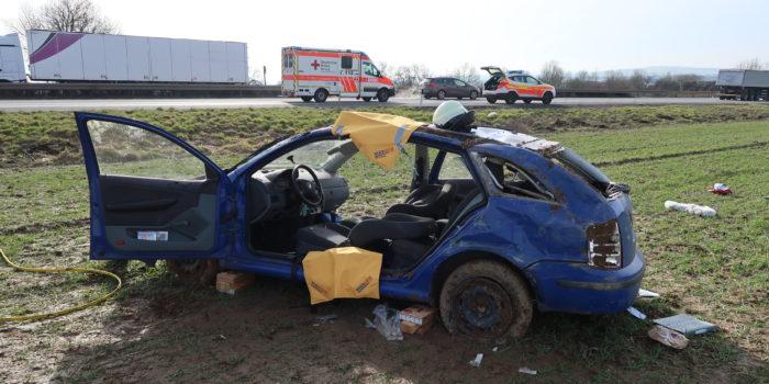 Familienauto überschlägt sich nach Zusammenstoß – Vier teils schwer Verletzte