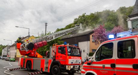 Wohnungsbrand in Rambach breitet sich auf Dachstuhl aus