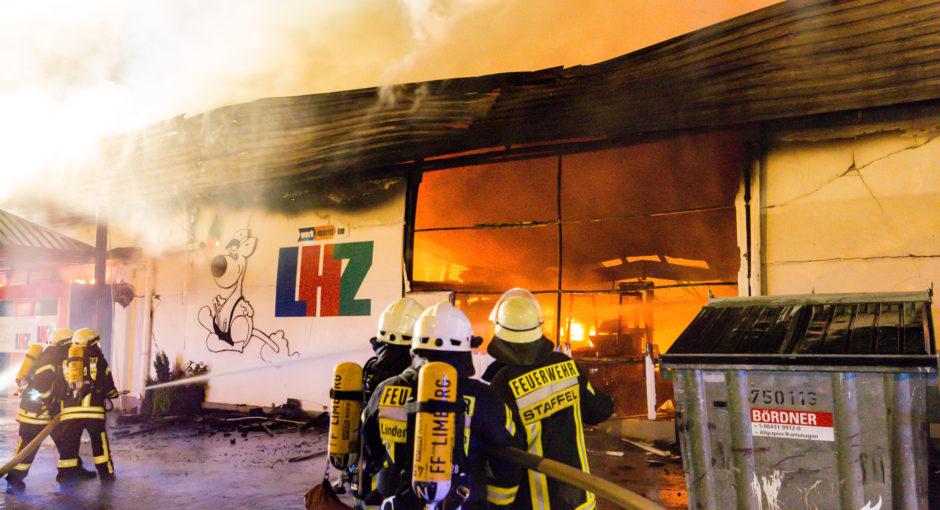 Großbrand in Limburg – Baumarkt lichterloh in Flammen