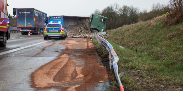 Lkw stürzt auf der A3 bei Limburg um