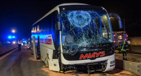 Reisebus kracht auf der A3 in Baustelle – 13 Verletzte