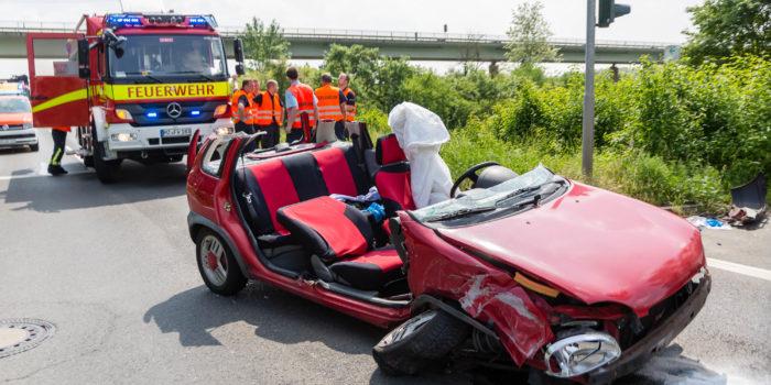Gegen Ampelmast geprallt – Zwei Verletzte bei Mainz-Mombach