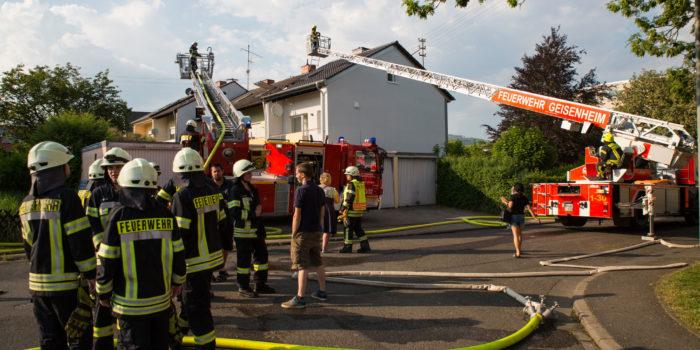 Dachstuhlband in Reihenhaus in Winkel – Feuerwehrmann durch Stromschlag verletzt