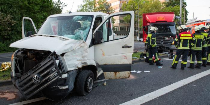 Unfall auf Kreuzung: Drei teils schwer Verletzte