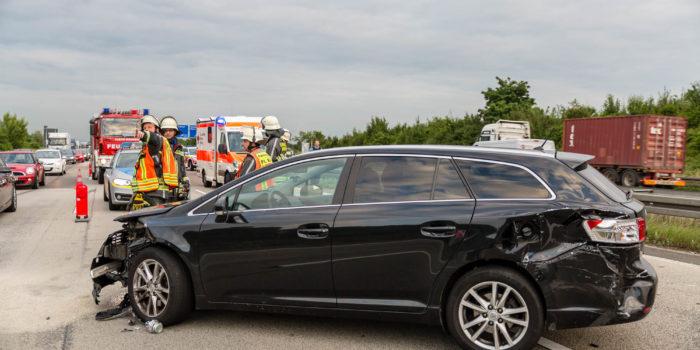 Sattelzug rechts über den Standstreifen überholt – Zwei Verletzte bei Unfall auf der A3