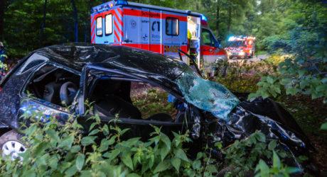 Pkw prallt gegen Baum – Schwerer Alleinunfall bei Rambach