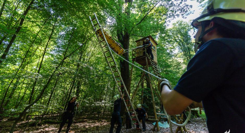 Feuerwehr Wiesbaden übt Patientenrettung vom Hochsitz
