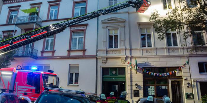 Feuer im Treppenhaus greift auf Wohnung über – Bewohner über Drehleiter gerettet