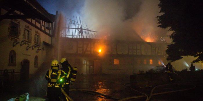 """Großbrand auf dem """"Rettershof"""" bei Kelkheim – Über 40 Pferde fliehen vor Flammen"""