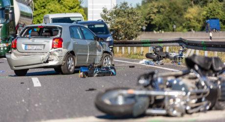 Pkw schleudert in Motorrad-Gruppe – Tödlicher Unfall im Mönchhof-Dreieck
