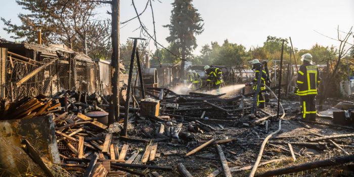 Mehrere Gartenhütten brennen in Ginsheim nieder – Über 70 Kräfte im Einsatz