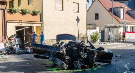 Pkw kracht in Bushaltestelle und Garage – Schwierige Rettung nach Alleinunfall in Budenheim