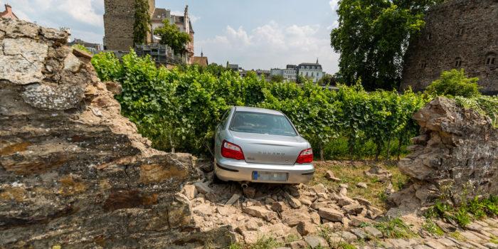 Gas und Bremse verwechselt – Pkw durchbricht Mauer und landet im Weinberg