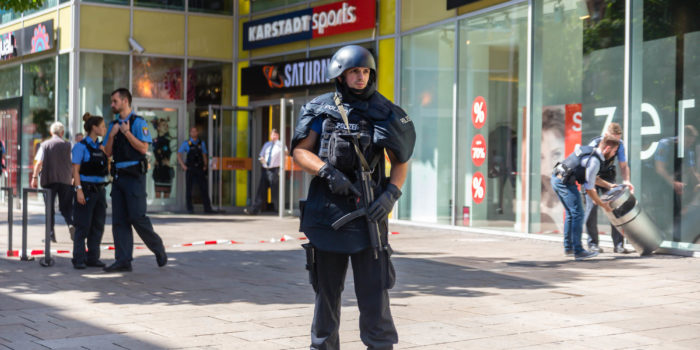Herrenloser Koffer sorgt für großen Polizeieinsatz in Wiesbadener Einkaufszentrum