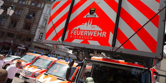 Wiesbadener Oberbürgermeister übergibt Einsatzfahrzeuge an die Feuerwehr