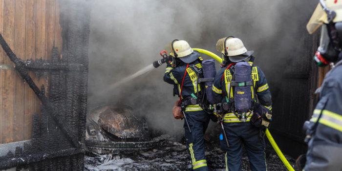 Großeinsatz der Feuerwehr bei Garagenbrand im Wiesbadener Westend