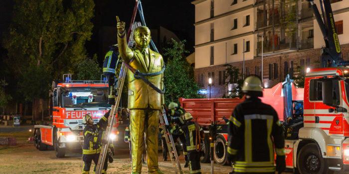 Feuerwehr baut umstrittene Erdogan-Statue unter Polizeischutz ab