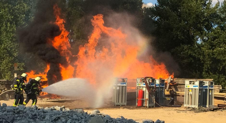 Baumaterial brennt auf Baustelle der Schiersteiner Brücke – Gasflaschen vom Feuer bedroht
