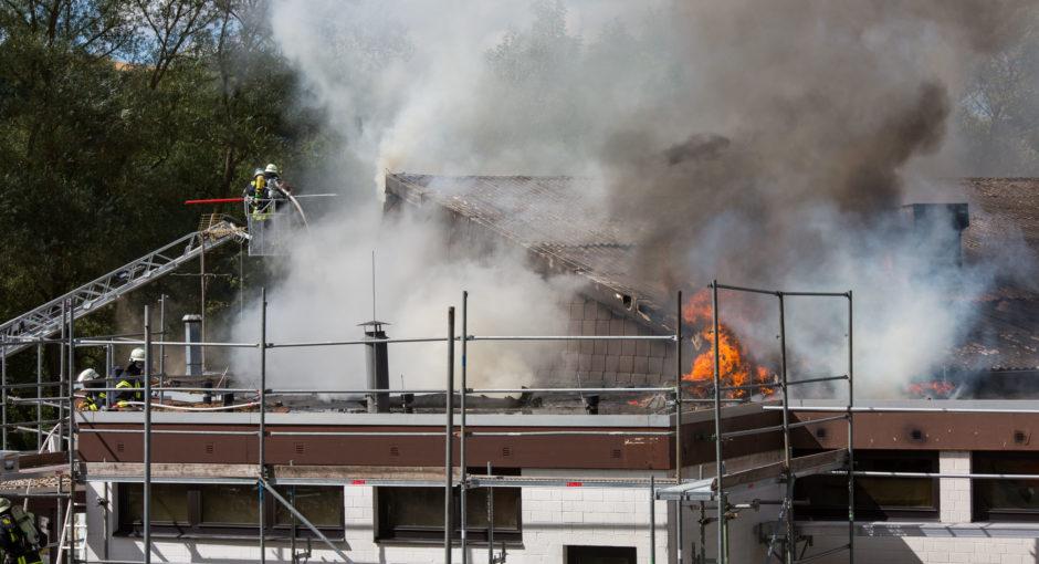Bürgerhaus in Aarbergen-Rückershausen nach Dacharbeiten in Brand