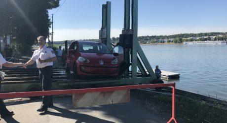 Pkw rollt auf der Maaraue in den Rhein