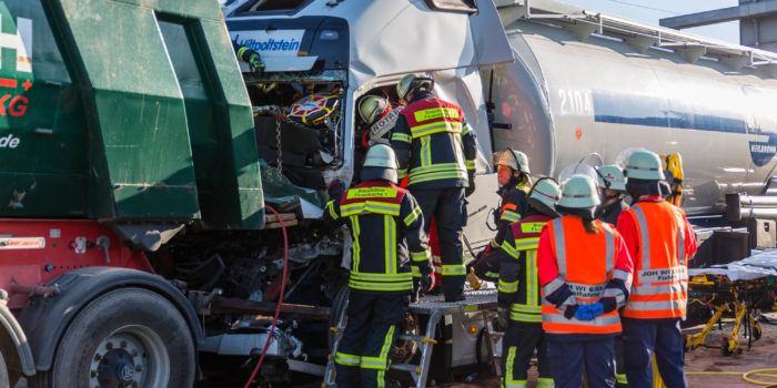 Schwerer Auffahrunfall auf der A66 am Schiersteiner Kreuz – Lkw-Fahrer eingeklemmt