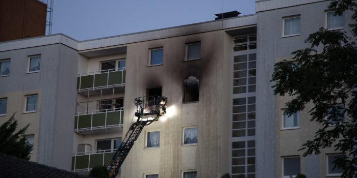 Küchenbrand in einem 6-stöckigen Mehrfamilienhaus löst Großeinsatz aus