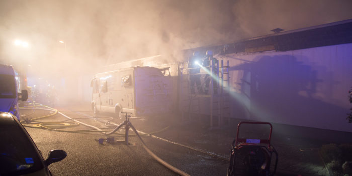 Wohnmobilbrand greift in Hattersheim auf Wohnhaus über