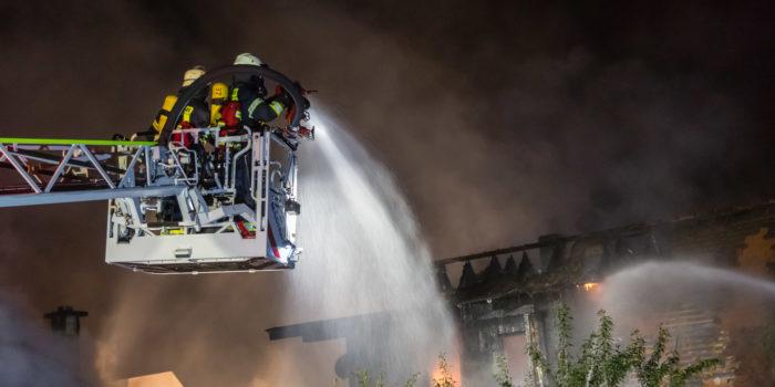 Großbrand im Altstadtkern von Schwalbach – 200 Einsatzkräfte kämpfen gegen die Flammen