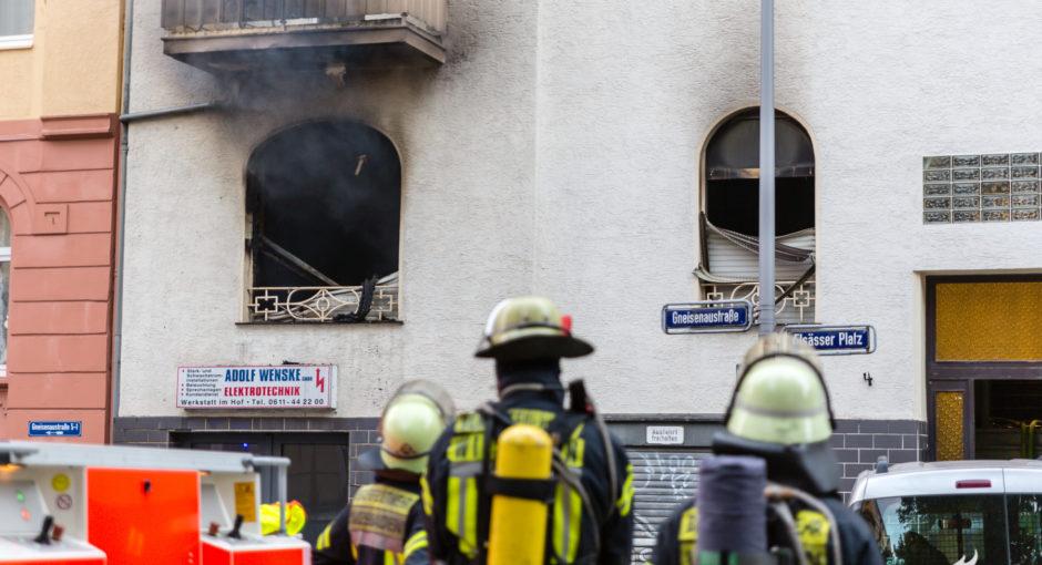 Eine schwerverletzte Person bei Wohnungsbrand im Westend
