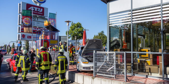 Pkw kracht in BurgerKing-Filiale in Oberursel