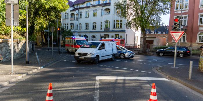 Fußgängerin von Pkw erfasst und überrollt