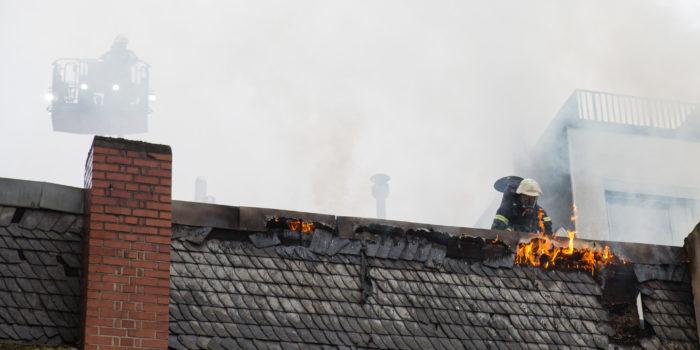 Großbrand in der Wiesbadener Innenstadt – Feuer greift auf zwei Gebäude über