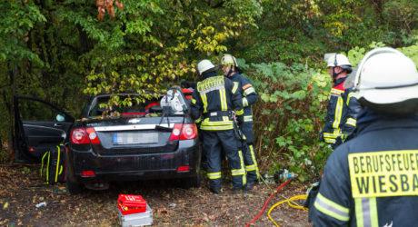 Beifahrerin bei Unfall eingeklemmt und schwer verletzt