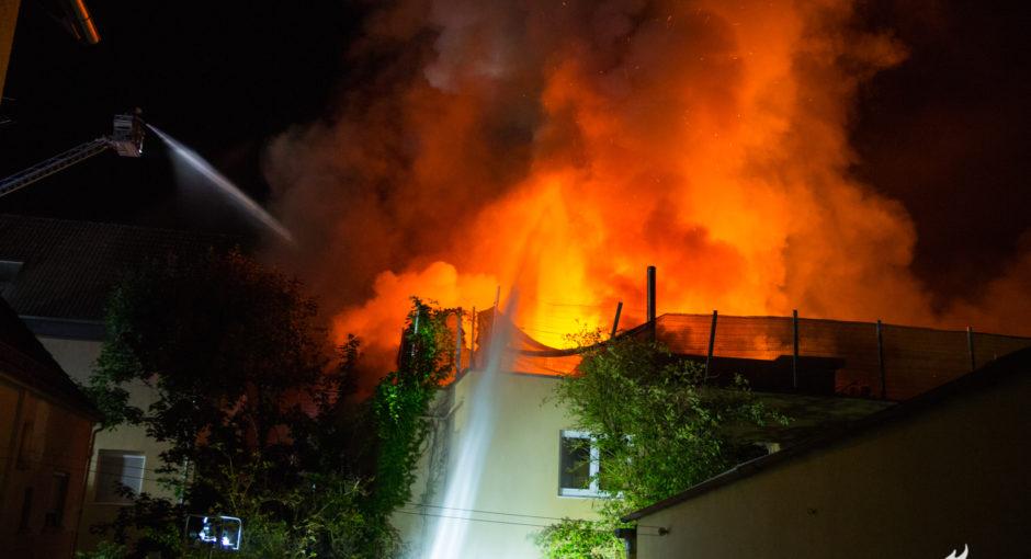 Großbrand einer Werkstatt in Wiesbaden – Gebäude brennt völlig aus