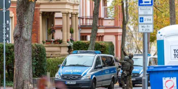 Großeinsatz der Polizei: Spezialeinsatzkräfte nehmen Betrüger fest