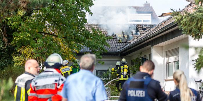 Dachstuhl eines Einfamilienhauses in Mainz in Flammen