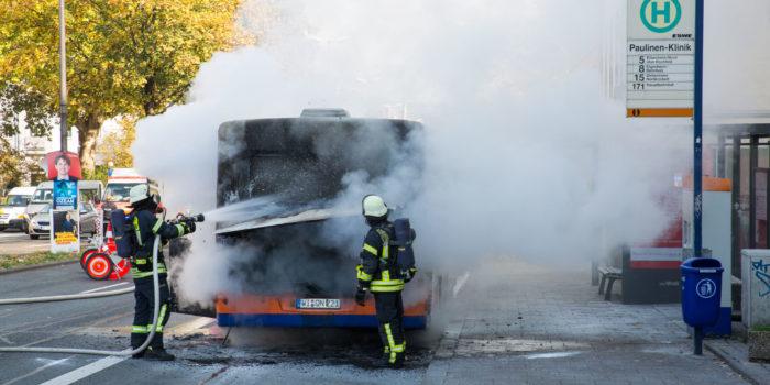 Linienbus brennt in der Schiersteiner Straße