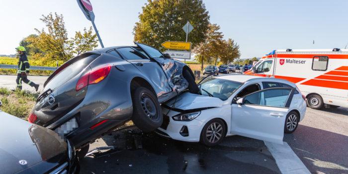 Vorfahrt missachtet: Schwerer Zusammenstoß auf der B260 bei Walluf