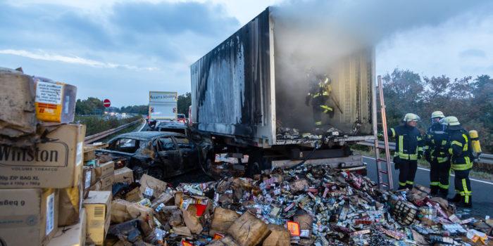 Lkw-Anhänger und Pkws nach Unfall auf der A671 bei Hochheim in Flammen