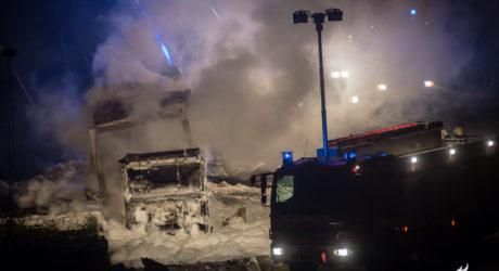 Lkw geht auf der A3 bei Weilbach in Flammen auf