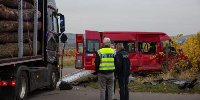 Kleinbus und Lkw verunfallen in Oestricher Weinbergen – Fünf Verletzte