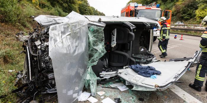 Schwerer Alleinunfall: Pkw landet auf Fahrerseite – Fahrer eingeschlossen