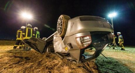 Mehrere Stunden nicht bemerkt: Schwerer Alleinunfall – Fahrer im Fahrzeug eingeklemmt