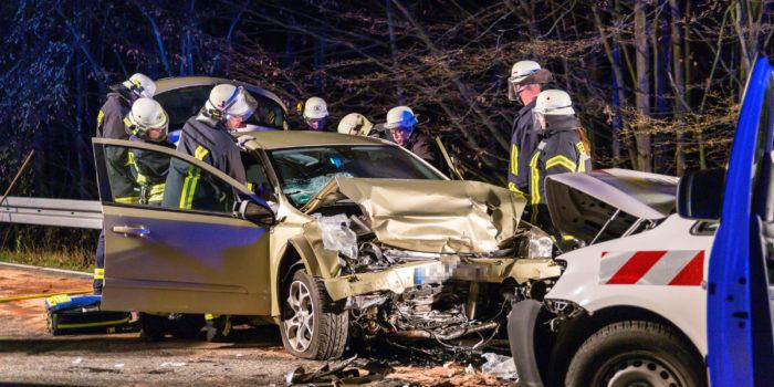 Drei Verletzte bei Frontalzusammenstoß auf der B8 bei Walsdorf
